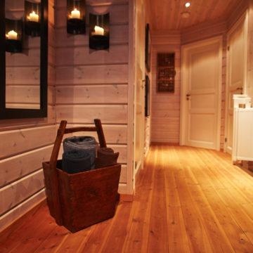 furugulv, veggpanel og furulister inne i et hus