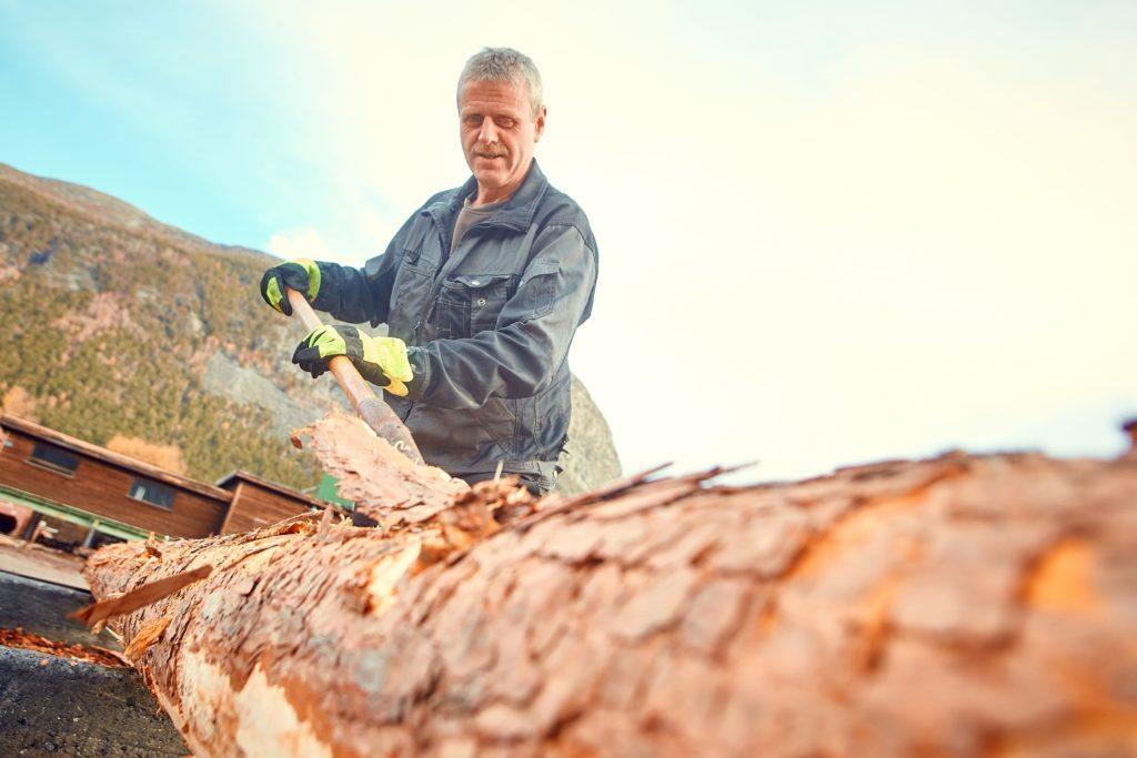 håndbarking av tømmer