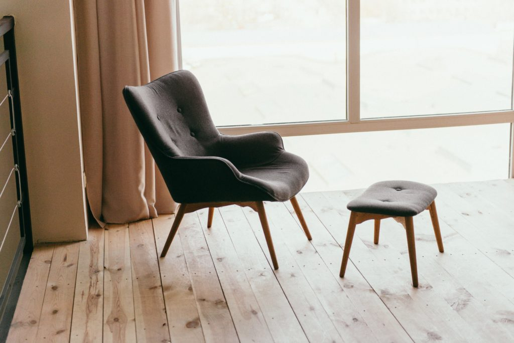 tregulv med stol plassert på gulvet